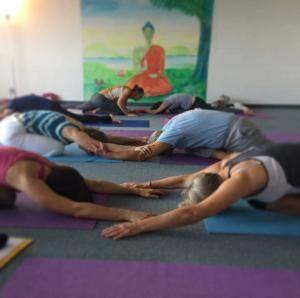 Partner Yoga Variation Vorbereitung Taube